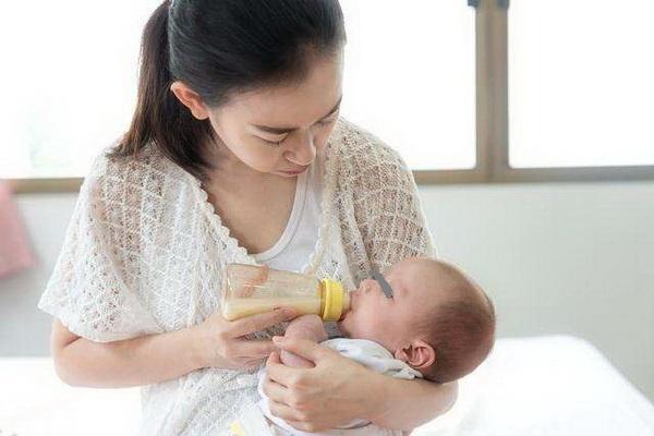 宝宝满月后仍不会吃奶,医生批评宝妈无知,孕期这项检查千万别漏
