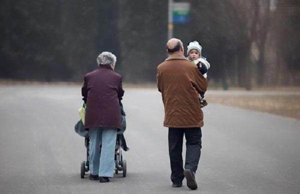 老人帮忙带娃,孩子长到这个岁数要及时撤退,不然将来难跟爸妈亲