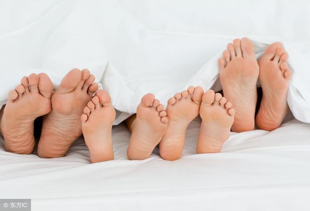 为什么有的孩子晚上总是翻来翻去或趴着睡?